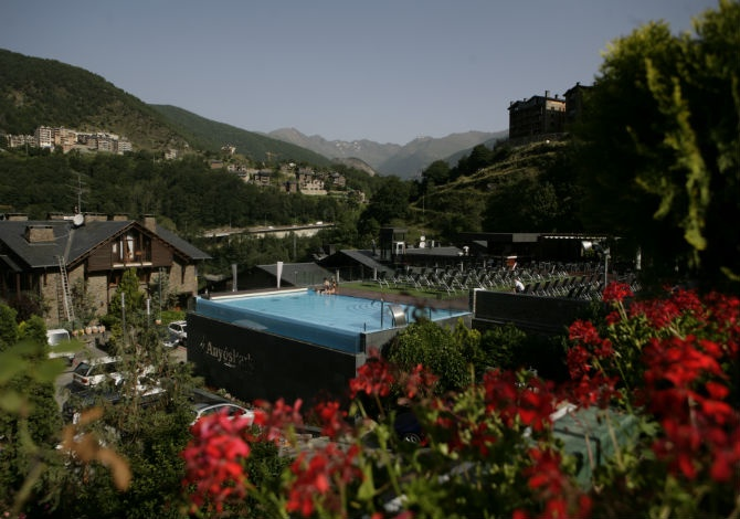 Apparthotel anyos park la massana andorre avec voyages for Piscine andorre